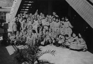 Yetimhaneden kalan çocuklar kilise bahçesinde
