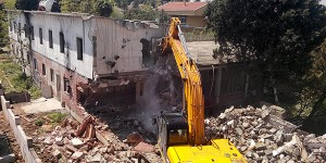 Bulldozers entered Camp Armen, a former summer camp for Armenian orphans in the Tuzla district of İstanbul, to demolish the building on May 6. (Photo: DHA)